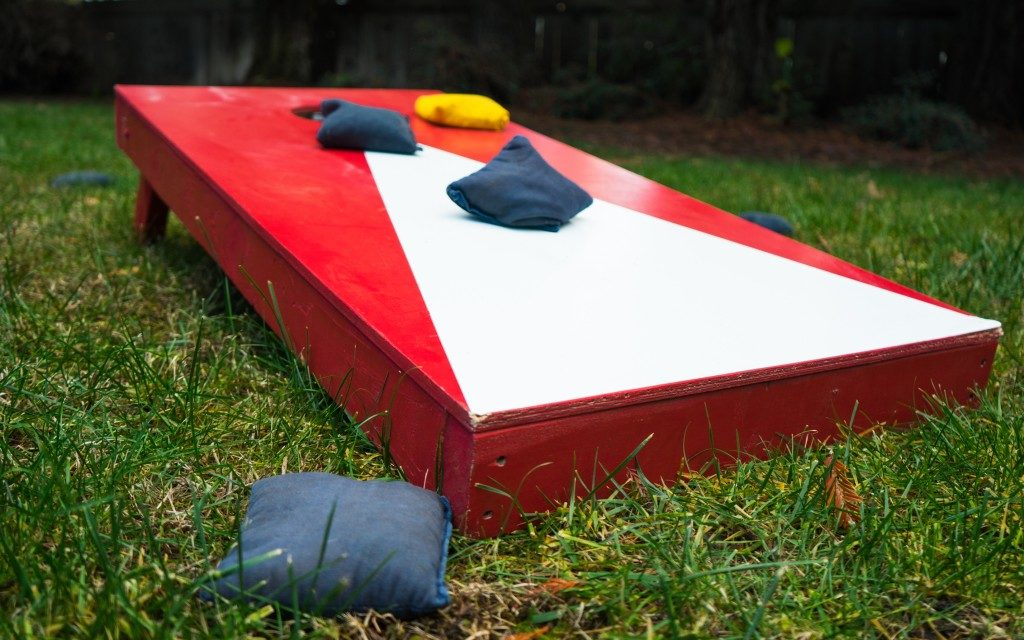 Cornhole board with custom color theme